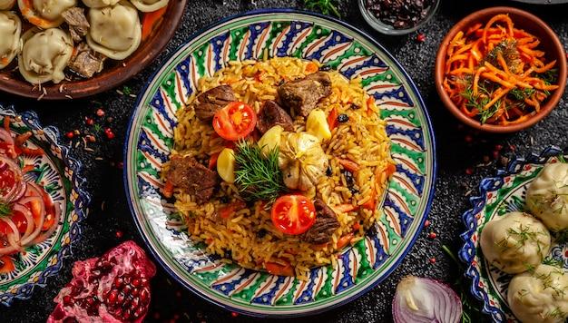 Nationaal oezbekistaans pilau met vlees.