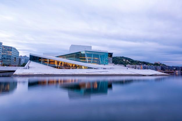 Nationaal oslo opera house met waterbezinning in oslo, noorwegen