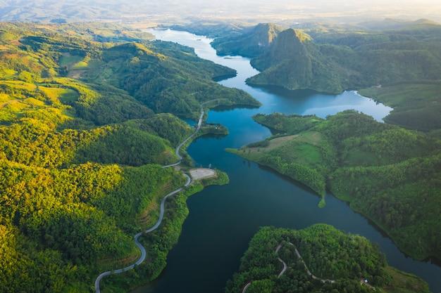 Nationaal reservoir in het midden van de vallei en de weg die de stad verbindt