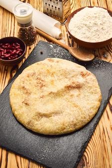 Nationaal traditioneel kaukasisch eten: ossetische taarten, khachapuri, chudu