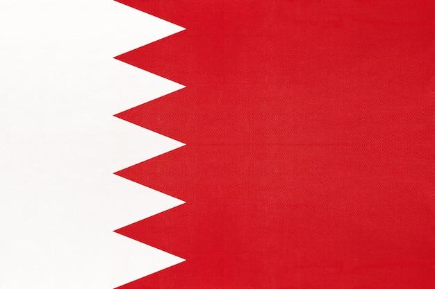 Nationale de stoffenvlag van bahrein, textielachtergrond. symbool van internationale aziatische wereldland.