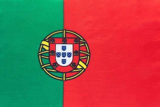 Nationale de stoffenvlag van portugal, textielachtergrond. symbool van internationale wereld europees land.