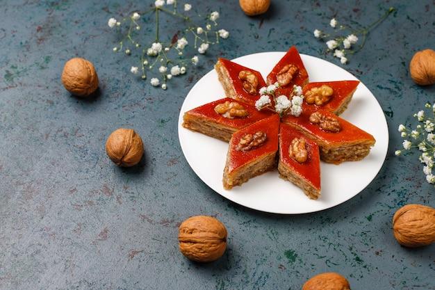 Nationale het gebakjepakhlava van azerbeidzjan op witte plaat, hoogste mening, de vakantie van novruz van de de lente nieuwe jaarviering.