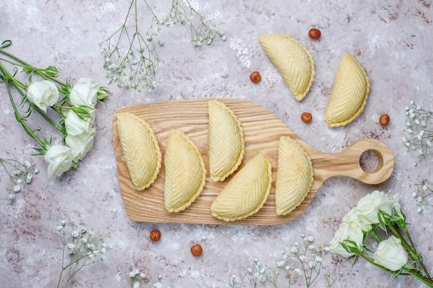 Nationale het gebakjeshakarbura van azerbeidzjan op witte plaat op grijze concrete, hoogste mening, de vakantie van novruz van de de lente nieuwe jaarviering.