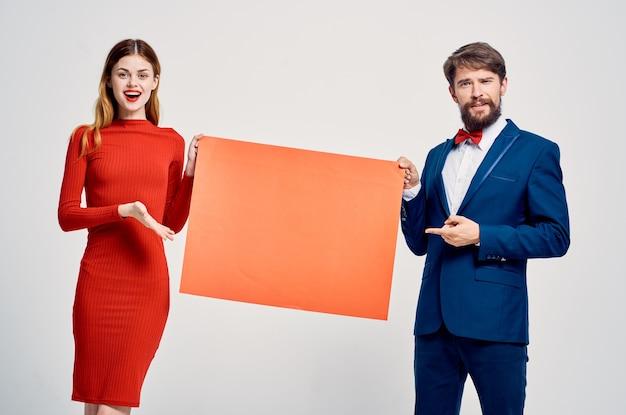 Nationale man en vrouw houden vast aan mocap-posterreclame