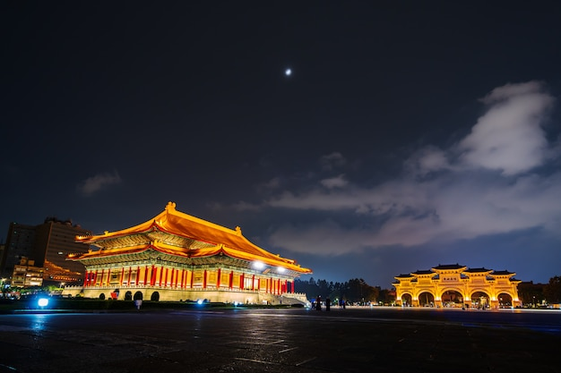 Nationale theaterzaal en liberty square-hoofdpoort van chiang kai-shek memorial hall bij nacht in taipei, taiwan