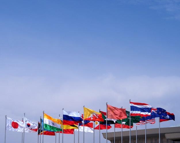 Nationale vlag blauwe hemelachtergrond.
