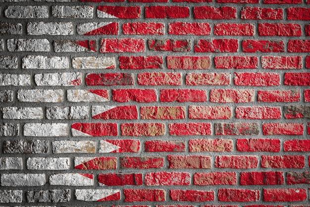 Nationale vlag van bahrein op een oude bakstenen muur