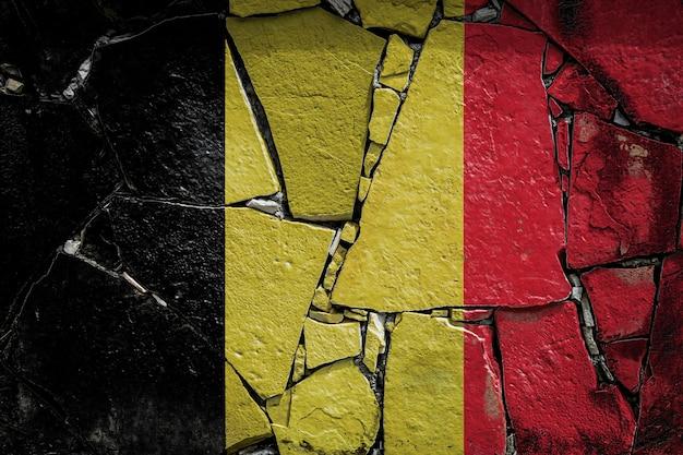 Nationale vlag van belgië op een oude stenen muur