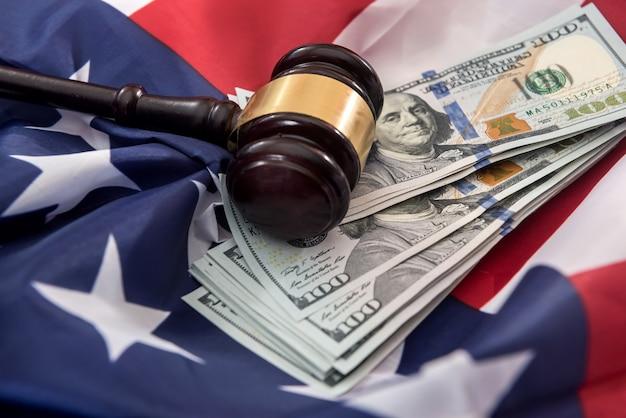 Nationale vlag van de vs en dollarbiljetten bedrijfs- en financieel concept