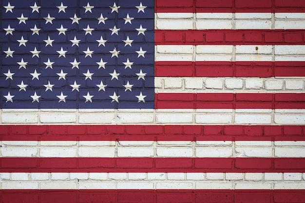 Nationale vlag van de vs in verfkleuren op een oude bakstenen muur. vlag op bakstenen muurachtergrond.