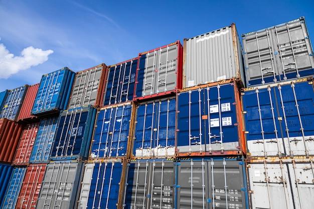 Nationale vlag van finland op een groot aantal metalen containers voor het opslaan van in rijen gestapelde goederen