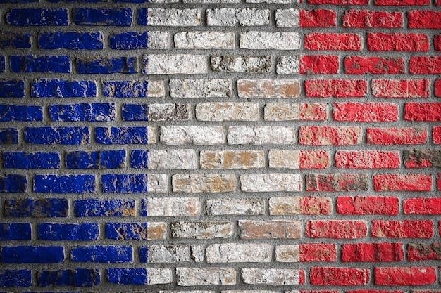 Nationale vlag van frankrijk op een oude bakstenen muur
