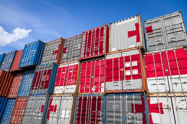 Nationale vlag van georgië op een groot aantal metalen containers voor het opslaan van goederen gestapeld in rijen