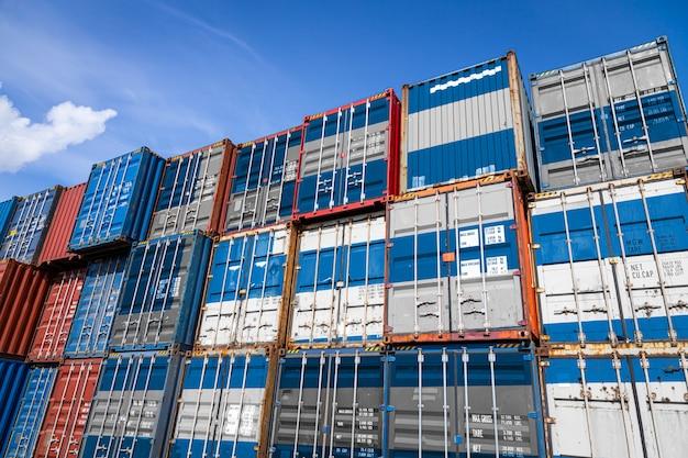 Nationale vlag van griekenland op een groot aantal metalen containers voor het opslaan van in rijen gestapelde goederen