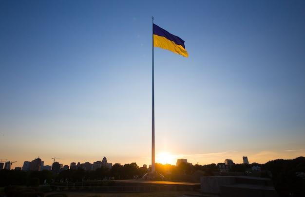 Nationale vlag van onafhankelijk oekraïne wappert in de wind