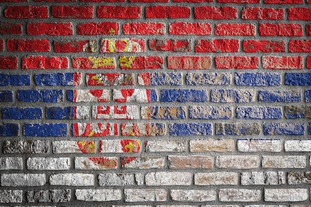 Nationale vlag van servië op een oude bakstenen muur