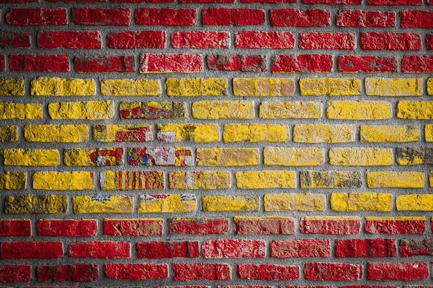 Nationale vlag van spanje op een oude bakstenen muur