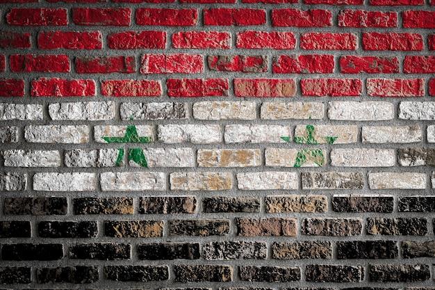 Nationale vlag van syrië op een oude bakstenen muur