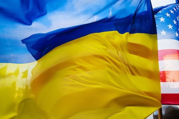 Nationale vlaggen van oekraïne en de verenigde staten tijdens het officiële bezoek van de amerikaanse vice-president joe biden aan oekraïne