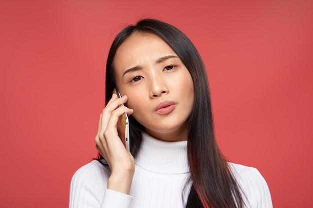 Nationale vrouw praten aan de telefoon technologie studio rood geïsoleerd