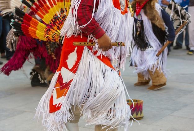 Native american dansers tonen hun traditionele dansen van san salvador