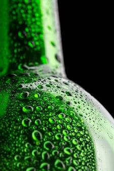 Natte groene wijnfles close-up