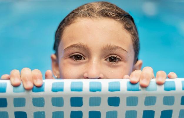 Natte jongen in zwembad close-up