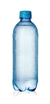 Natte plastic waterfles op een witte achtergrond