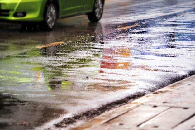 Natte straat na harde regenval.
