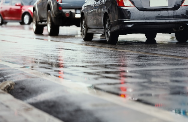 Natte weg in de stad na harde regen vallen. uitzicht vanaf het niveau van asfalt.