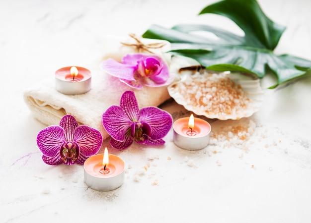 Natural spa-ingrediënten met orchideebloemen