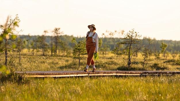 Naturalist die wilde dieren en ecotoerisme ontdekt terwijl hij op pad loopt door veenmoeras in een natuurpark.