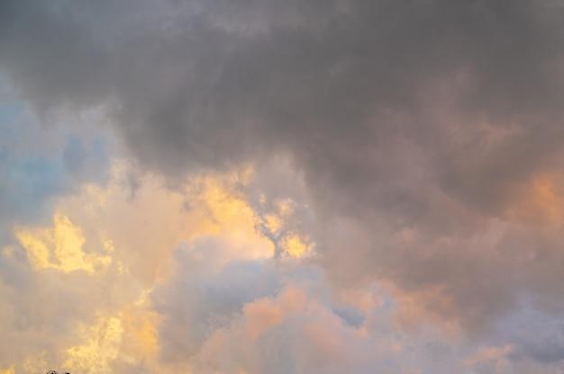 Natuur achtergrond. dramatische wolken aan de hemel
