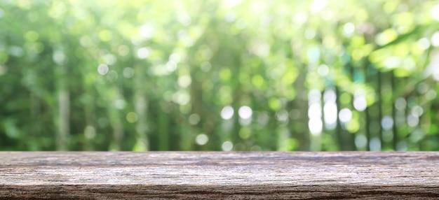 Natuur achtergrond, houten tafel display over groene boom tuin wazig