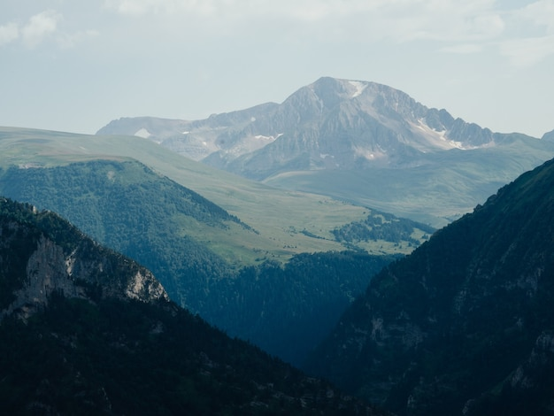 Natuur frisse lucht mist bergen landschap wolken
