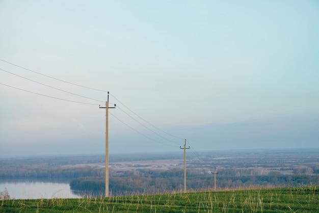Natuur groen landschap met hoogspanningsleidingen