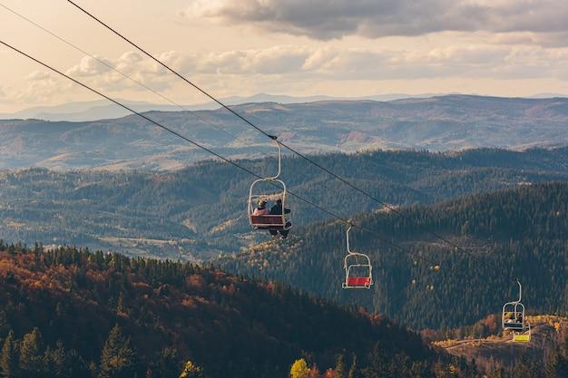 Natuur landschap van herfst bos en bergen