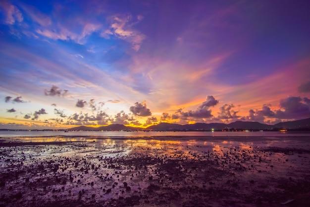 Natuur landschap. zonsonderganghemel en wolken in de rivier.