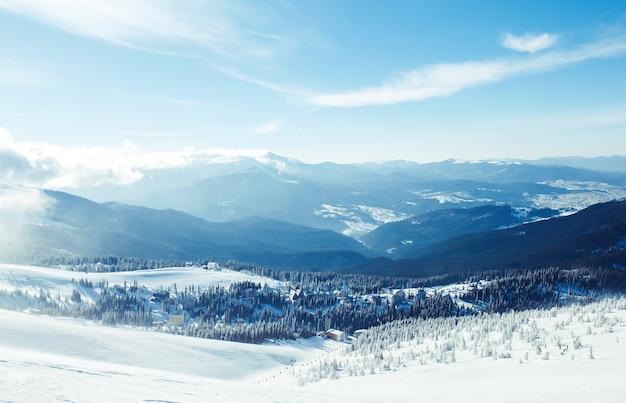 Natuur. mooi winterlandschap met sneeuw bedekte bomen. prachtig uitzicht op de bergen vanaf een hoog punt.