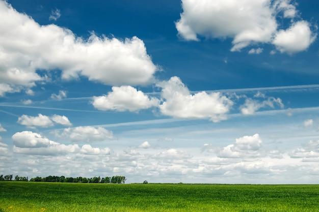 Natuur, wolken in de blauwe lucht
