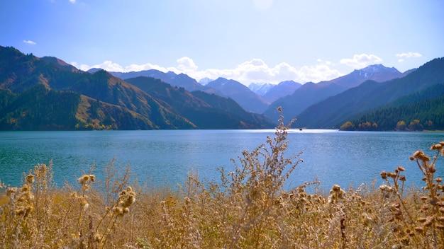 Natuurlandschapsmening heaven lake of celestial mountains in xinjiang china.