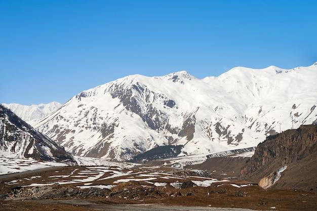 Natuurlijk berglandschap. sneeuwkappen van de bergtoppen. rotsachtige rotsen. verfrommeld landschap.