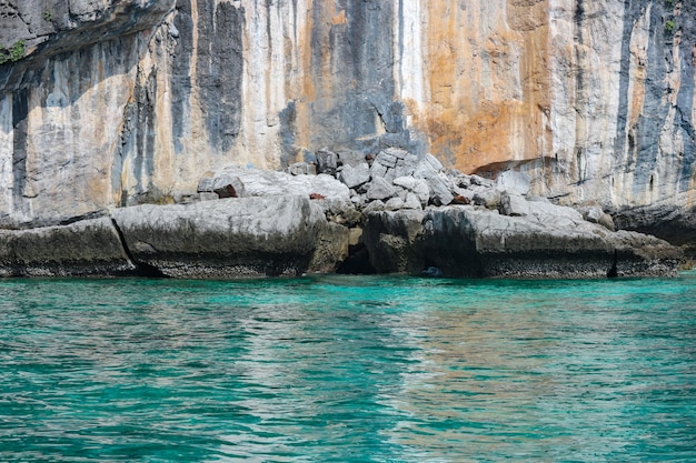 Natuurlijk beroemd phi-phi eiland met bezinningslicht van blauw zeewater.
