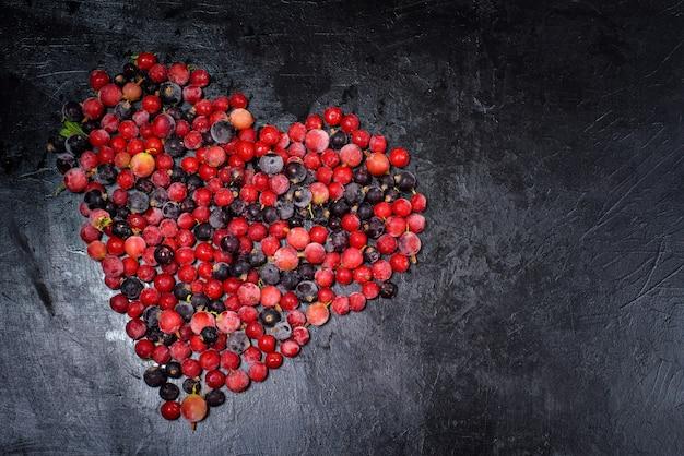 Natuurlijk biologisch fruit bevroren in vorst bovenaanzicht, framboos, kruisbes