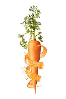 Natuurlijk biologisch vegetarisch wortelfruit met groen blad en spiraalvormige sappige plons rond op een witte achtergrond, kopieer ruimte. veganistisch gezond concept.