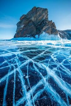 Natuurlijk brekend ijs in bevroren water bij het baikalmeer, siberië, rusland.
