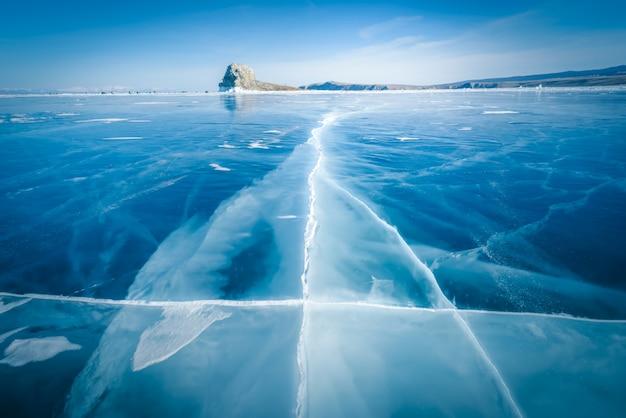 Natuurlijk brekend ijs in bevroren water bij meer baikal, siberië, rusland.