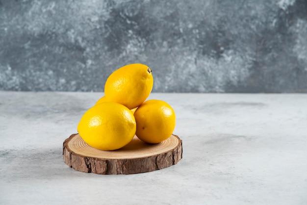Natuurlijk citroenfruit dat op witte marmeren achtergrond wordt geïsoleerd.