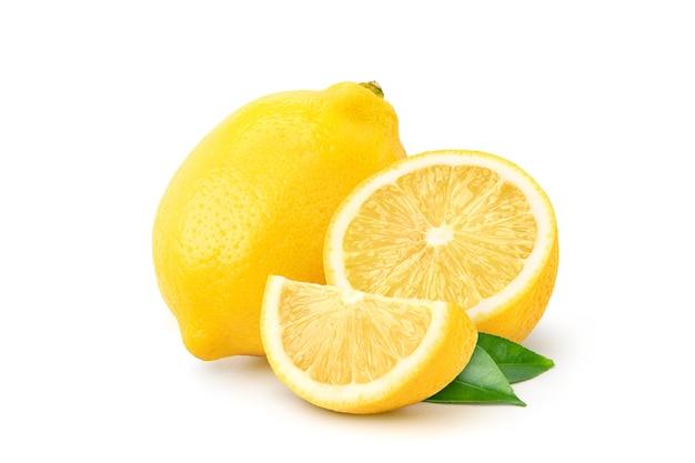 Natuurlijk citroenfruit met in tweeën gesneden en groen blad dat op witte achtergrond wordt geïsoleerd.